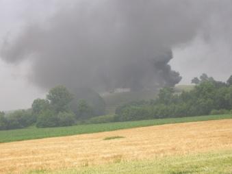 Dichte Rauchschwaden sind bei der Anfahrt zum Brand der Biogasanlage zu sehen.