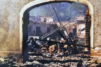 Das Wirtschaftsgebäude und zahlreiche Maschinen wurden ein Raub der Flammen.