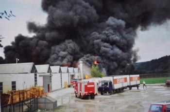 Gewaltige Rauchschwaden, hervorgerufen durch den Brand von Kleber und Schaumstoff zogen über das Werk
