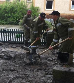 Aufräumarbeiten nach Hochwasser in Wesenufer