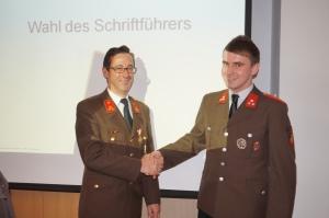 Kommandant Erwin Auinger gratuliert seinem zukünftigen Schriftführer zur Wahl
