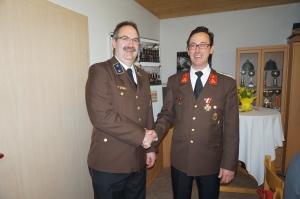Kommandant Erwin bedankte sich bei Norbert Dopplmair für die geleistete Arbeit